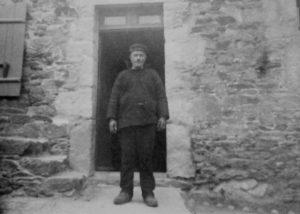 Louis BERNARD, devant sa maison de Toul Broch, DR
